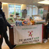 Marktmeester en kooplieden verzorgen lunch bij Nieuw Vredeveld